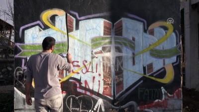 Çocukluğunun geçtiği sokakları boyuyor - ELAZIĞ