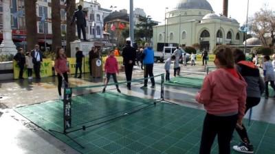 Meydan tenis kortu oldu, çocuklar tenise doydu
