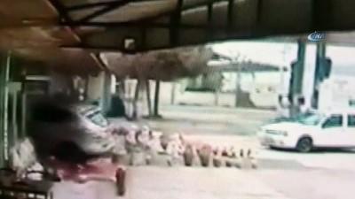 ebic -  Lüks aracın dükkana girme görüntüleri güvenlik kamerasında