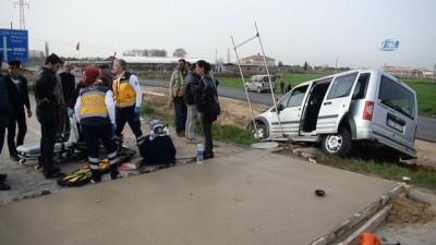 Otomobil trafik levhalarına çarptı: 1 yaralı