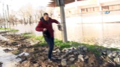 Sular altında kalan Tunca'da çığlıkları duydular, yardıma koştular