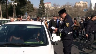 - Azerbaycan'da trafik polislerinden kadın şoförlere sürpriz