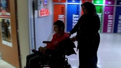 Engelli oğlunu 25 yıldır kucağında taşıyan eli öpülesi anne