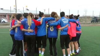 Kadın askerler ile futbolcular maç yaptı - VAN