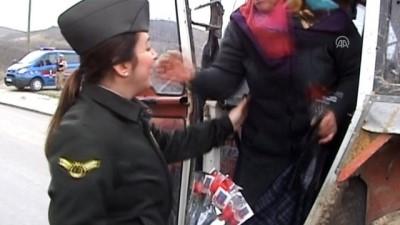 Kadın astsubaylardan kadın sürücülere karanfil - SAMSUN