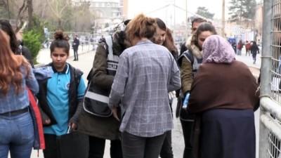 Kadınlar günü etkinliğinde TOMA'ları kadın polisler kullandı - DİYARBAKIR