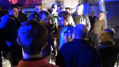 Kamyoneti devirdiler, öfkeli vatandaşın linç girişiminden polis kurtardı