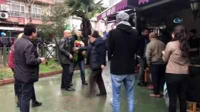 Kız arkadaşının üzerine yürüyen genci elindeki çiçeklerle uzaklaştırdı