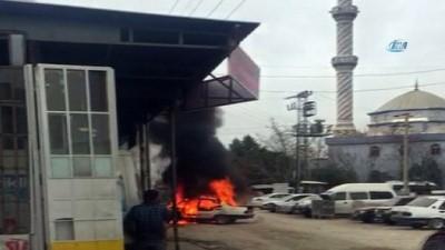 Tamirciye kızdı, kendi arabasını yaktı...Otomobilin alev alev yanma anı kamerada