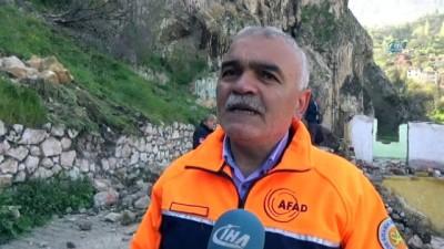 AFAD müdürü uyardı, mahalle dev kaya parçaları altında kaldı