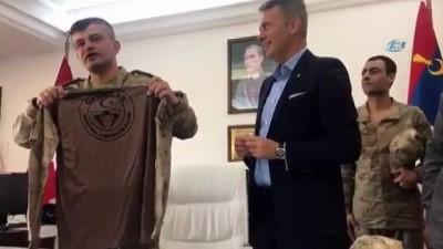 Fikret Orman'a komando üniforması hediye edildi