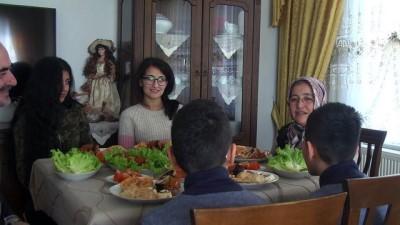 Korunmaya muhtaç çocukların ŞEFKAT YUVALARI - Dört kız sahibi çift iki kardeşe de kucak açtı - ÇORUM