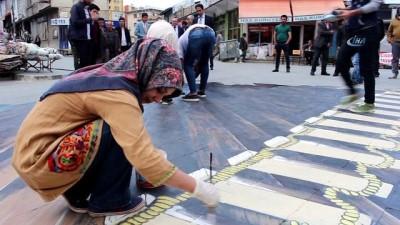 Ağrı'da vatandaşlar 3 boyutlu resim çizen öğrencileri şaşkınlıkla izledi