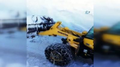 Askeri üs bölgesinde karda yol açma çalışması