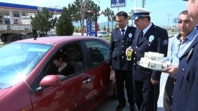 Polisten sürücülere ceza yerine 'leblebi ve çikolata'