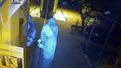 Alkol, sigara ve cep telefonu çalan iki zanlı önce kameraya ardından polise yakalandı