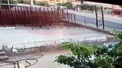 yasli adam -  Evinin önünde bekleyen yaşlı adama otomobil çarptı...Feci kaza kamerada