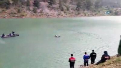 Göle uçan otomobilden bir kız çocuğu cesedi çıkartıldı