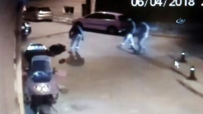 yasli adam -  Yaşlı adamın fenalaşıp yere düşme anı kameralara yansıdı