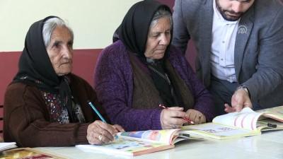Anne ve babasıyla aynı kursta okuma yazma öğreniyor - SİVAS