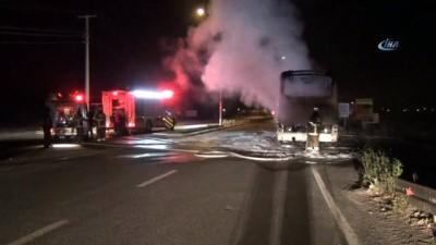Ayvalık'ta seyir halindeki tur otobüsü alev alev yandı