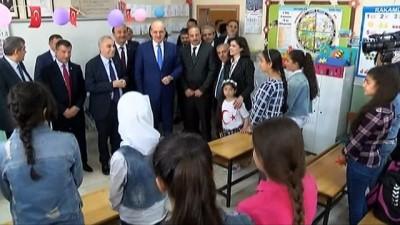 Bakanlar Türkçe öğrenen Suriyeli çocuklara kitap dağıttı