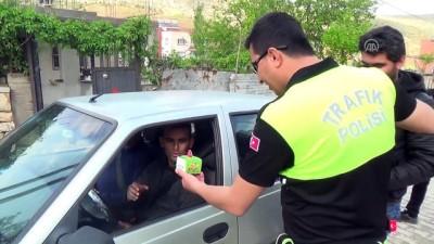 Polisten sürücülere Siirt fıstığı ikramı - SİİRT