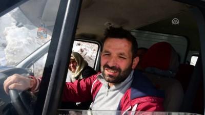 Borçka'da yola düşen kar kütlesi ulaşımı aksattı - ARTVİN