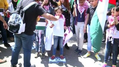 Filistinli gençler İsrail bayrağını ateşe verdi, Filistin bayrağını göndere çekti - BEYRUT