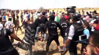 Gazze sınırındaki gösterilere katılan Filistinliler, İsrail bayrağını yaktı (2) - HAN YUNUS