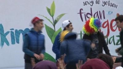 Öğrenciler 2 bin 500 fidanı Arnavutköy'de toprakla buluşturdu