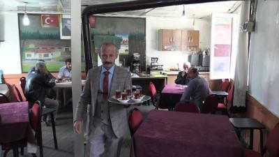 Takım elbiseyle çay servisi yapıyor - TOKAT