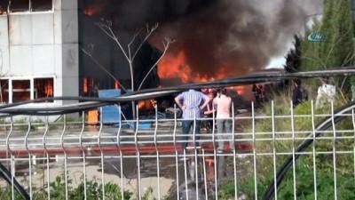 Mobilya fabrikasında korkutan yangın... Olay yerine çok sayıda itfaiye sevk edildi