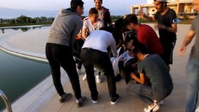 Şampiyon olan takımın kaptanını havuza attılar