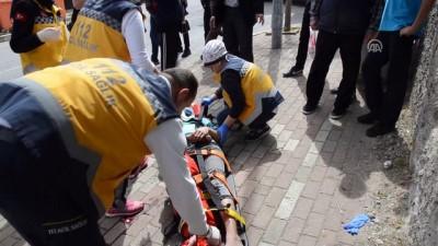 Motosikletle hafriyat kamyonu çarpıştı: 2 öğrenci yaralı - KOCAELİ
