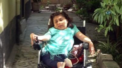 Cam kemik hastası genç kız tekerlekli sandalyesiyle evine giderken kapkaça uğradı