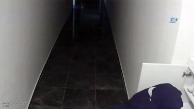 Okul üniformasıyla ayakkabı hırsızlığı yapan çocuk kamerada