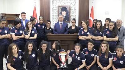 Vali Toprak, 1. Lig'e yükselen kadın futbolcularla bir araya geldi - HAKKARİ