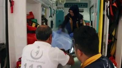 saglik ekibi - Okul servisinde 'kardeşler'in bıçaklı kavgası: 2 yaralı - ADANA