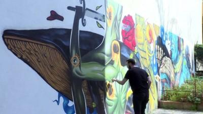 İstanbul'un duvarlarını grafiti ile 'dile getiriyor' - İSTANBUL