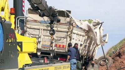 Kaçak göçmenleri taşıyan kamyon devrildi: 1 ölü, 30 yaralı (4) - ERZURUM