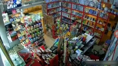 Manavgat'ta markete giren hırsızlar alarm çalınca kasayı bırakıp böyle kaçtı