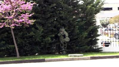 Cami bahçesindeki sahipsiz valizden battaniye çıktı - İSTANBUL