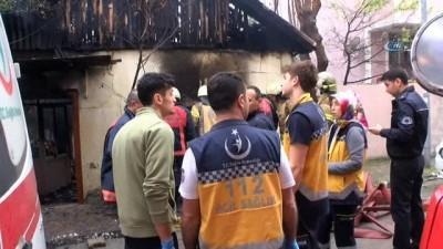 Sefaköy'de gecekondu yangını...Yaşlı çifti, yangın ayırdı