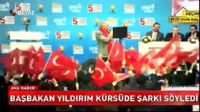 binali yildirim - Başbakan Yıldırım kürsüde şarkı söyledi