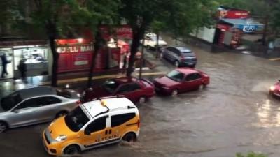 Diyarbakır sular altında kaldı... Vatandaşların imdadına kamyonet yetişti
