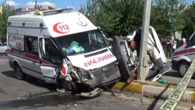 Ambulans ile otomobiller çarpıştı:5 kişi yaralandı