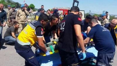 Askerleri taşıyan midibüs tırla çarpıştı: 25 asker yaralı