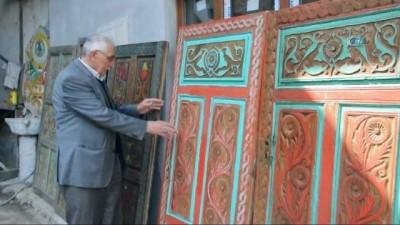 Eski kapı ve sandıkları sanat eseri haline getiriyor