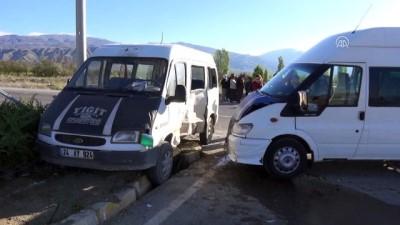 İki minibüs çarpıştı: 12 yaralı - ERZİNCAN